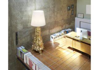 Grand lampadaire orné