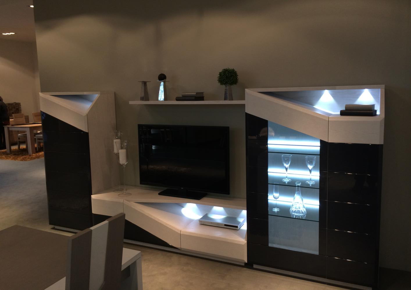 Meuble Tv Avec Vitrine - Acheter Votre Vitrine Avec Led Laque Et Bois Contemporaine Chez [mjhdah]http://www.azurahomedesign.com/6186-thickbox_default/ensemble-meuble-tv-dark-avec-leds.jpg